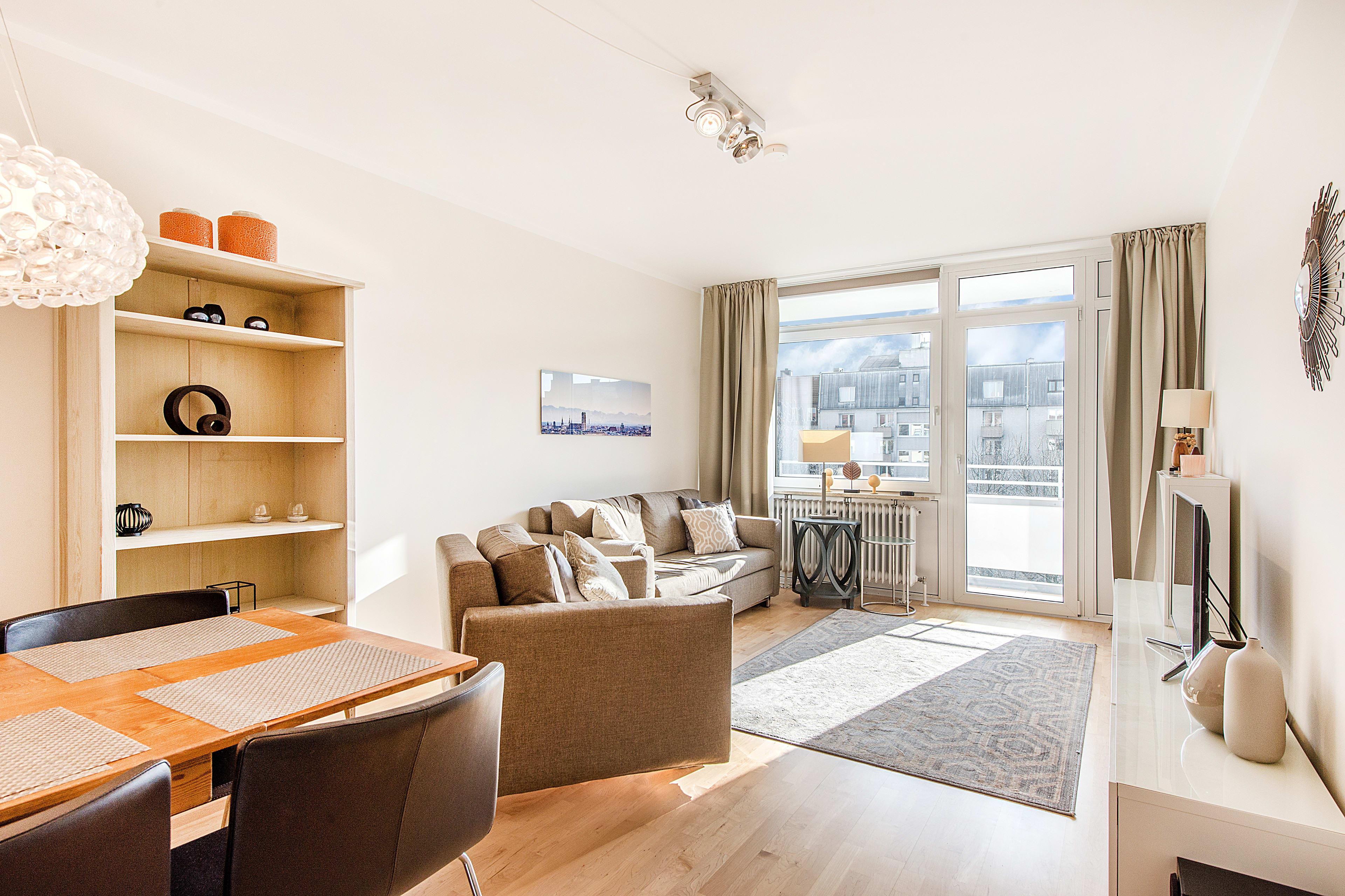 Renovierte, lichterfüllte 2,5-Zimmer-Wohnung mit idealem